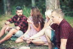 Mann entspannen sich mit Freunden im Sommerwaldmacho im karierten Hemd auf Natur Tourist genießen zu kampieren Reisenkoffer mit M stockbilder
