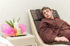 Mann entspannt sich in einem Badekurort Stockfotos