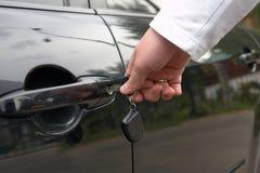 Mann entsperren Autotür durch Taste Stockfotos