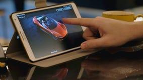Mann erforschen Tesla-Firmengelände unter Verwendung des Tabletten-PC im Café stock video