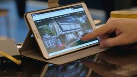 Mann erforschen Tesla-Firmengelände unter Verwendung des Tabletten-PC im Café stock video footage