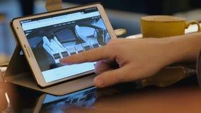 Mann erforschen Tesla-Firmengelände unter Verwendung des Tabletten-PC im Café stock footage