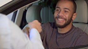 Mann erhält Autoschlüssel an der Verkaufsstelle stockbild