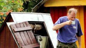 Mann erhält ein Wasser vom Brunnen und trinkt eifrig stock video