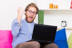 Mann erhielt gute Nachrichten im Netz Lizenzfreies Stockfoto