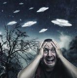 Mann erschrocken durch UFO lizenzfreies stockfoto