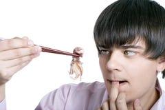 Mann essen Kalmar Stockfotos