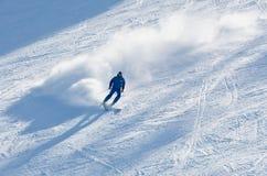Mann fährt an einem Skiort Ski Lizenzfreies Stockbild