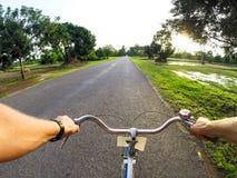 Mann fährt Fahrrad Stockfoto