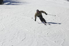 Mann fährt Ski Lizenzfreies Stockfoto