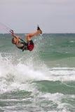 Mann fängt Luft Parasail, das in Florida surft Stockfoto