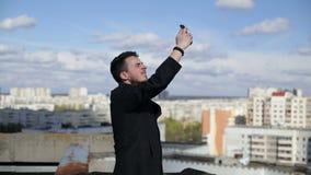 Mann fängt wifi auf dem Dach stock video