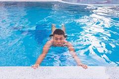 Mann fühlt sich beim Lernen unbequem, wie man schwimmt lizenzfreie stockbilder