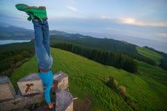 Mann führt einen Handstand am Rand einer Festung durch lizenzfreies stockbild