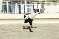 Mann führt seine Yogaübungen an durch Stockbild