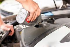 Mann füllt Schmieröl in seinem Auto wieder Lizenzfreie Stockbilder