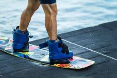 Mann für Schuhe verschalt wakeboard Nahaufnahme-Konzeptsport stockbild