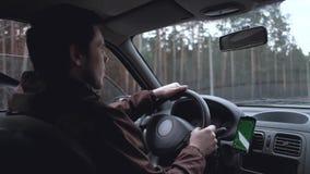 Mann fahren das Auto stock video footage