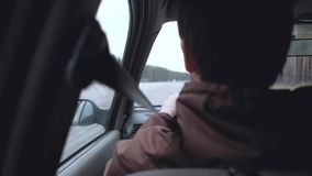 Mann fahren das Auto stock video