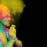 Mann in Farbe holi Stockfotos