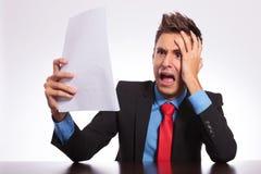 Mann fassungslos durch falsche Nachrichten Lizenzfreie Stockfotografie