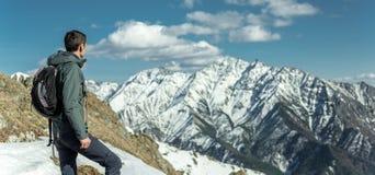 Mann feiern den Erfolg, der auf Hintergrund von schneebedeckten Bergen steht Konzept der Motivation und Leistung ihrer Ziele lizenzfreie stockfotografie
