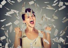 Mann feiert Erfolg unter dem Geldregen, der unten Dollarscheine fällt Stockbilder