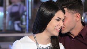 Mann flüstert etwas zu seiner Freundin stock video