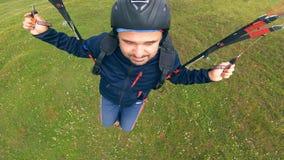 Mann fliegt das paraplane über der Erde stock footage