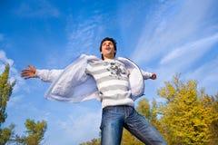 Mann fliegt in den Himmel Stockfotos