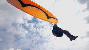 Mann fliegt den Himmel mit dem Gleitschirm Gleitschirmfliegentätigkeit im Himmel stock video