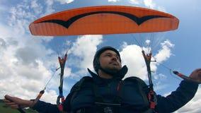 Mann fliegt den Parafoil gegen den Himmel stock video