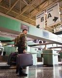 Mann am Flughafen Lizenzfreie Stockfotos