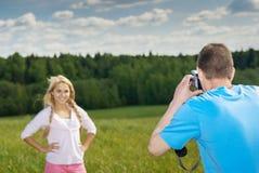 Mann fotografiert Mädchen Lizenzfreies Stockbild