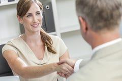 Mann-Frauen-Geschäftsmann-Geschäftsfrau, die Hände rüttelt Stockfotos