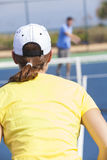 Mann-Frauen-Paare, die Tennis oder Lektion spielen Stockfotos