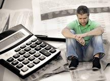 Mann frustriert über Rechnungen Stockbild