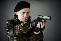 Mann geübt, wenn Schießen verbessert wird Stockbild