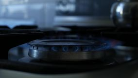 Mann-Gebrauchs-Zündsystem-elektrischer Funke, zum des Feuers auf einem Calor-Gas in der Küche zu öffnen stock video footage