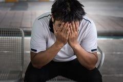 Mann gefeuert vom Job, der trauriges äußeres Büro sitzt Lizenzfreie Stockfotografie