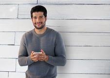 Mann gegen Holz mit Schale Lizenzfreies Stockbild