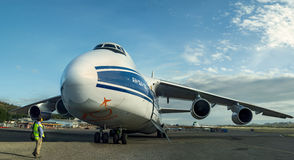 Mann, gehend vor Flugzeug An-124-100 (Russlands größtes Transportflugzeug in der Welt) Lizenzfreie Stockfotografie