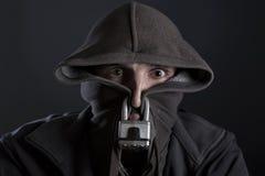 Mann geholt zum Schweigen zu bringen und Zensur mit Vorhängeschloß und Haube Lizenzfreies Stockbild