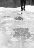 Mann geht auf Winterstraße Stockfotos