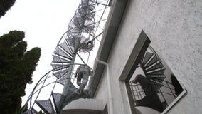 Mann geht die Wendeltreppe hinauf stock video
