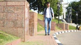 Mann geht entlang Bürgersteig stock video footage