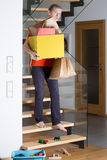 Mann geht hinunter die Treppe Lizenzfreie Stockbilder