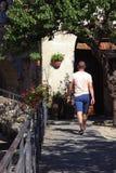 Mann geht in Italien stockbilder