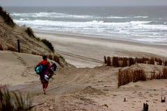 Mann geht Windsurfen Lizenzfreie Stockfotos