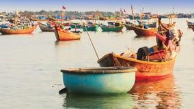 Mann geht Wurfs-Sache im runden Fischerboot in Vietnam stock video footage